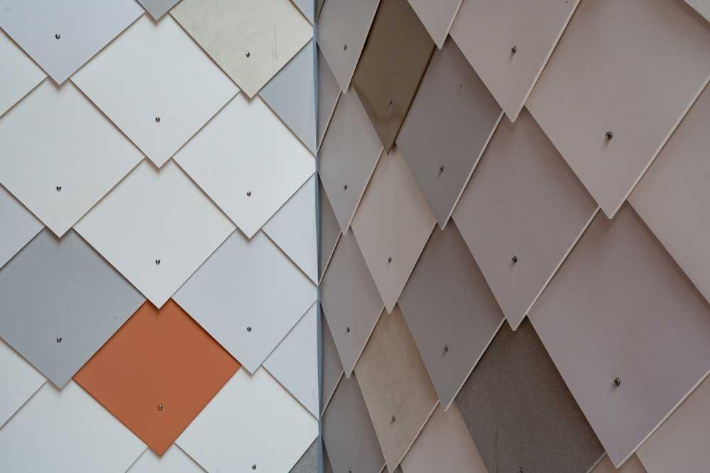 Foto av fasade av gjenbrukte materialer