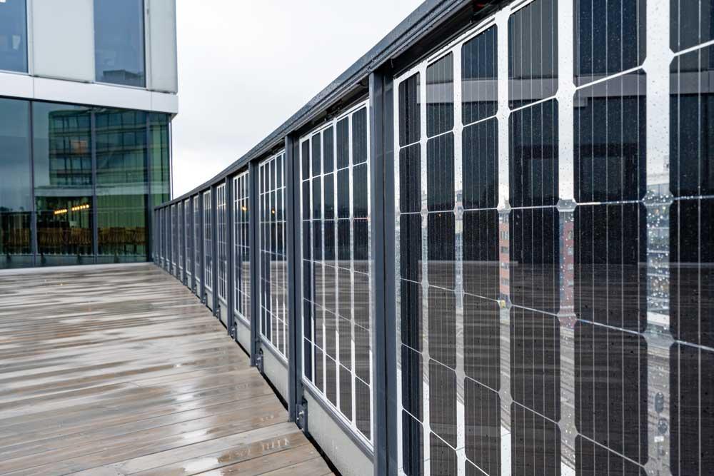 Foto av glassrekkverk med solceller